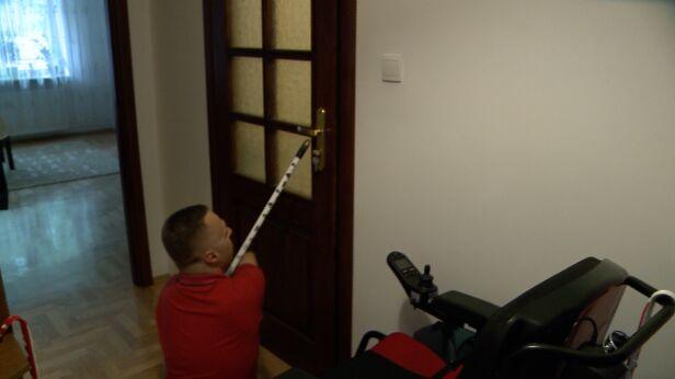 Do otwierania drzwi wykorzystuje mopa  Mateusz Szmelter, tvnwarszawa.pl