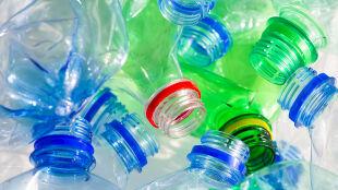Rewolucja w ekologii? Odkryto bakterie, które żywią się plastikowymi butelkami