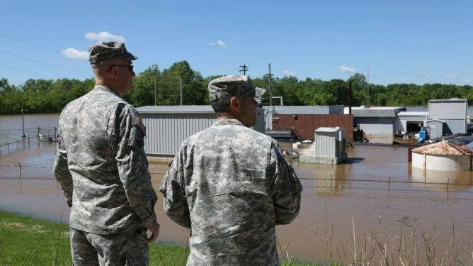 Uciekli na dach. Powódź w Missouri